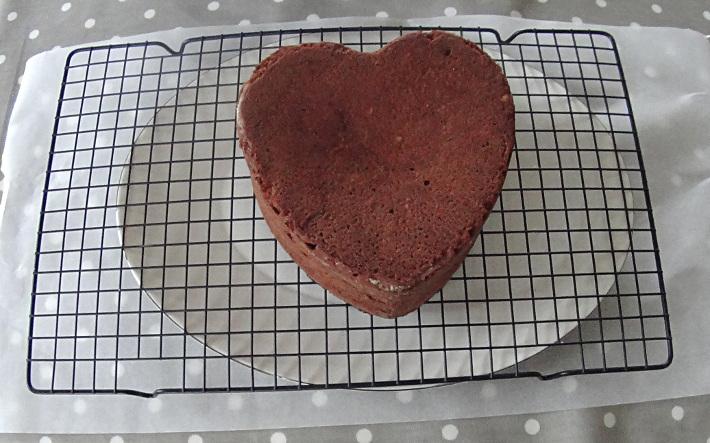 gateau-coeur-chocolat-fondant-demoule-sur-grille